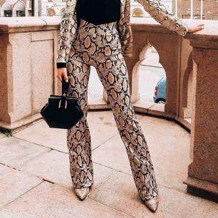 Snygga byxor med ormskinns mönster! Köpta på Chiquelle, använda en gång då jag testa dem. Tyvärr för långa för mig som är 160 cm. Mötas upp i Uppsala eller fraktas. Swish eller kontant. Pris kan diskuteras💗 Inte mina bilder, från Chiquelles Instagram
