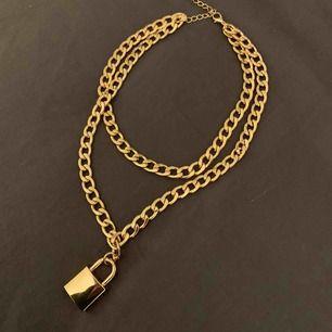 Halsband med lås på. Tungt material. Aldrig använt. Frakt ingår⚡️