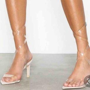 """Transparenta klackar i färgen dusty pink med """"snörning"""" upp på benen. Klackhöjd: 8cm. Säljes pga för små. Köpta vår19, finns inte längre på hemsidan. Frakt ingår ✨"""