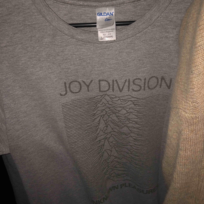 Joy division tröja, fett najs tröja fett najs band. Storleken är L men är mindre. 😘. T-shirts.