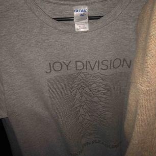Joy division tröja, fett najs tröja fett najs band. Storleken är L men är mindre. 😘