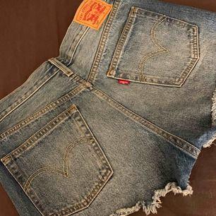 Jeansshorts från Levi's. Endast använda 1 gång. Frakt ingår 🌹