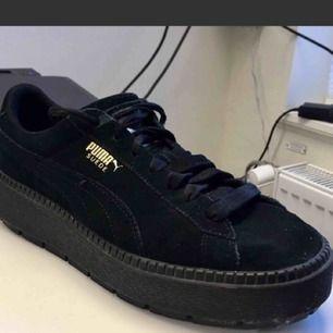 Sneakers från PUMA.   Modell: suede platform.  Skick: bra!  Storlek: 39, storleksmässigt korrekt.   Överdel: moccaläder  Mellan- och yttersula: gummi  Köpare betalar frakt, 60kr