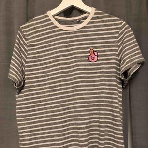 Cooky BT21 tröja köpt i London. Storlek M, aldrig använd, nyskick. Köptes för runt 300-400kr. Köparen står för frakten, annars möts jag även upp i Borlänge/Falun.