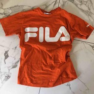 Röd/orange T-shirt från Fila!! Frakt tillkommer🦋