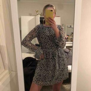 """Säljer denna klännigen som nattid har på sig! Ärmarna är """"genomskinliga"""". den har ett band i midjan som går att ta bort. Min är i toppenskick, skicka meddelande för fler bilder, 220 inklusive frakt"""