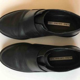 Svarta lågskor från & other stories i fint skick! Snygg detalj på ovansidan av skon.   Köparen betalar frakt, 60kr.