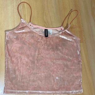 Jättesöt rosa sammet linne/topp med smala band från H&M divided. Storlek XS.  Knappt använda, mycket fint skick.  Eventuell frakt betalas av köparen, men finns även att hämta i Trelleborg. Skriv vid intresse😊