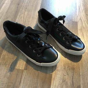 Helt nya oanvända svarta skor stl 36 köparen står för frakt. Små i stl