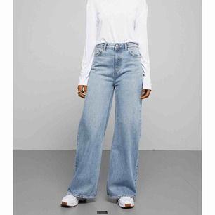 INTRESSEKOLL på mina jeans från weekday i modellen ace. Har tagit bort lappen på byxorna så vet inte riktigt storleken men skulle säga 26/30🥰