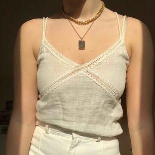 Jättefint linne från Zara med fina detaljer i fram och på banden i bak. Knappt använd då det är lite för litet för mig. Storlek M men passar även mindre storlekar. Nypris var 250  kr. Köparen står för frakt :)