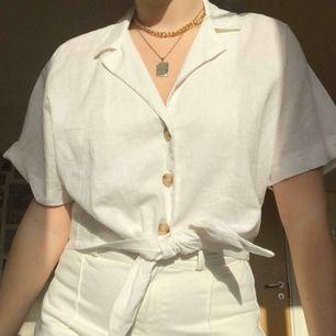 Fin skjorta med knytning från Pull & Bear. Knappt använd, fint skick. 100 kr + frakt :)