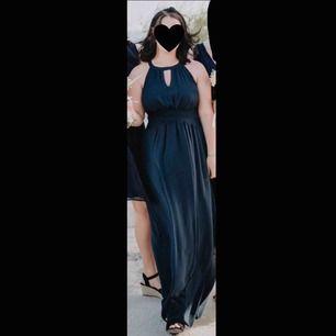 Marinblå balklänning/långklänning använd 1 gång på ett bröllop.🥂 Storlek 36 passar en S/M ✨ Jag är 1.64 cm lång och hade ett par klackar som var 5/6 cm och klänningen var då precis över marken.🥰