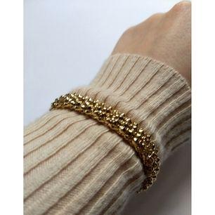 Guldigt armband med lite