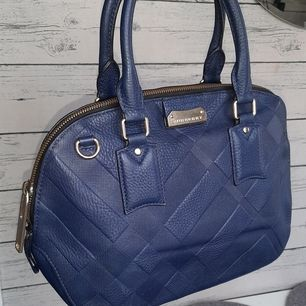 Äkta Burberry. Bra Skick #Burberry Embossed blue Orchhard Bowler blue Leather satchel L13.78