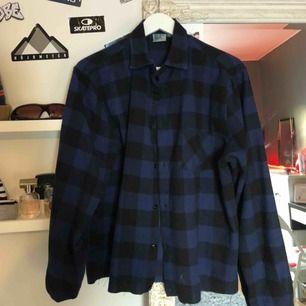 Skjorta, sparsamt använd💞super snyggt att ha en hoodie under den💯💯🍒🌶