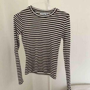 Randig weekday tröja. Köpt för en månad sedan, i helt nytt skick. Frakt ingår 🖤