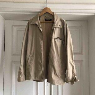 Äldre jacka från Wrangler - snygg med hoodie under - Kan hämtas i Uppsala eller skickas mot fraktkostnad