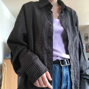 Svart skjorta med grå ränder :))