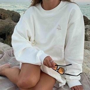 """Djerf Avenue """"Staple Sweatshirt"""" i storlek M. Fin oversize modell som passar både S/M. Använd 1 gång bara, använder inte så mycket därför säljer jag den. 100%bomull"""