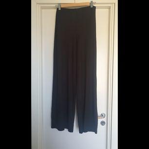 Supersköna vida byxor från Zara i ribbat material! På mig sitter de tight precis över rumpan, sedan är de vida i benen! Säljes då jag har 2 st nästan likadana 😅 Frakt tillkommer :)