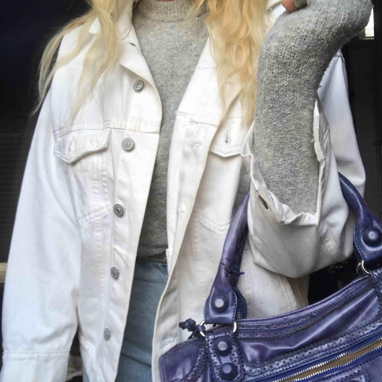 Vit oversized jeans jacka använd 2 gånger därav fått en sminkfläck i kragen. Se bild 3. . Jackor.