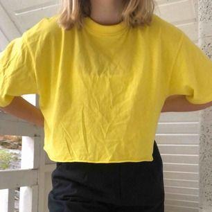 Trendig neongul oversize tshirt, med långa ärmar och tjockare krage vid halsen! Kan behöva en strykning bara!