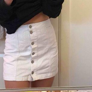 En skitnsygg vit kjol ifrån Topshop som tyvärr blivit en aningen för liten för mig:) Köparen står för frakt!