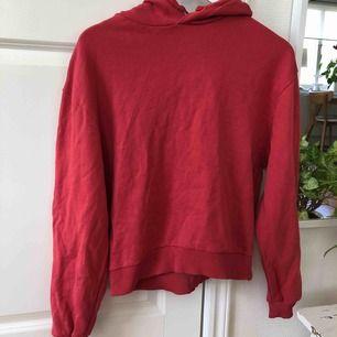 Röd hoodie ifrån Na-Kd, storlek S! Fint skick, aldrig använd!  Kortare i modellen!