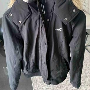 En svart jacka från Hollister som är köpt 2018. Pälsen på luvan är såklart inte äkta. Köparen står för frakt. Nypris 800 kr.
