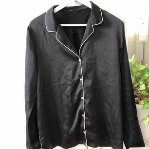 Silkesskjorta ifrån H&M, använd endast 1 gång!   Ett litet hål uppe vid kragen, syns knappt!