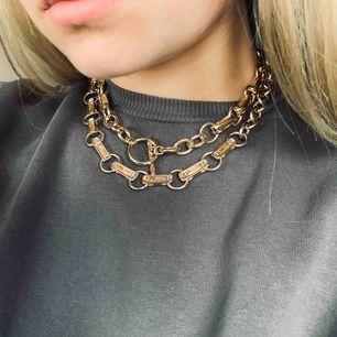 Två guldiga halsband i fint skick. Köptes tillsammans för 200kr men funkar separat.