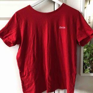 T-shirt från Na-kd, fint skick, använd endast en gång!