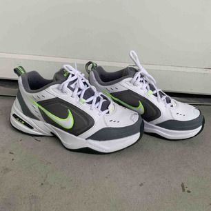 Nike Air Monarch i grå/lime grön färg. Super bekväma och snygga säljer då jag inte använder de längre. Kommer i jättebra skick. Använda max.3 gånger köpta en månad sen.