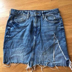 Jeanskjol med slits ifrån H&M, använd ett fåtal gånger