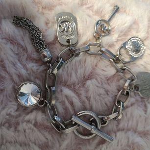 Armband med MK berlocker. Ej äkta MK men fint.