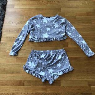 Pyjamas-set ifrån boohoo, passar en M, aldrig använt