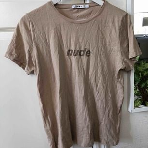 T-shirt ifrån NA-KD, använd ett fåtal gånger