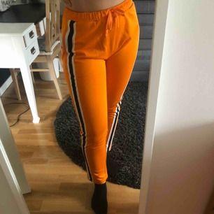 SVINBALLA Orangea kostym/mjukis byxor från STAY. Kommer alldeles för sällan till användning så söker nu en ny ägare till dessa. Är i storlek M men passar S med beroende på hur man vill att dem ska sitta. Frakt ingår