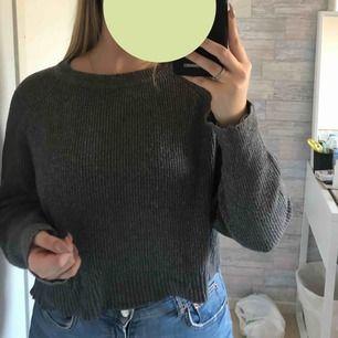 Säljer min älskade stickade tröja, det är en M men lite oversized. Har en öppningsbar dragkedja på ryggen.  Frakt tillkommer