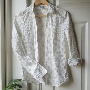 Superbekväm skjorta från HM! Vit med svarta prickar och gjord i bomull och polyester. Använd fåtal gånger och i mycket bra skick!🤩 skicka till mig om du har någon fråga! Köparen står för frakt!❤