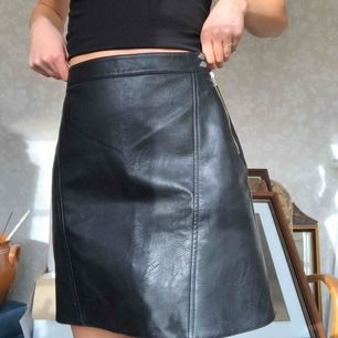Kjol i skinnimitation från Zara, stl 36 men gränsfall till för stor för mig som vanligtvis har s/34/36
