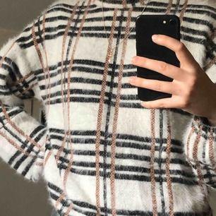 Stickad tröja med rutigt mönster! Använd endast enstaka gånger och är i nyskick. Nypris 350kr.   Betalning via swish! Frakt ingår inte i priset och den står köparen för. (42-60kr) Möter gärna upp i Växjö!