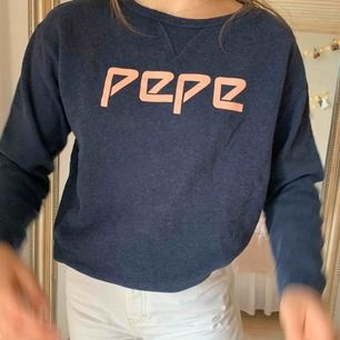 en jättemysig oversized collagetröja från Pepe Jeans i väldigt bra skick!! frakten ingår (som egentligen kostar 63k)!!!!