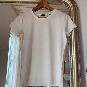 en basic vit t-shirt från gant i jättebra skick!! frakten ingår (som egentligen skulle kostat 44kr)!!!
