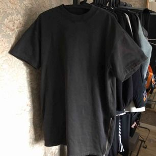 Sweatshirt-klänning från & Other Stories. Strl 34 men rejält oversized. Jag är 165cm och denna går till knäna på mig! Sparsamt använd och ingenting att anmärka på. Pris är inkl. frakt.