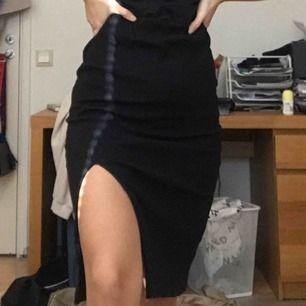Fin ribbad kjol från Cubus! Obs den vita saken på kjolen är från solen hahah. Storlek S