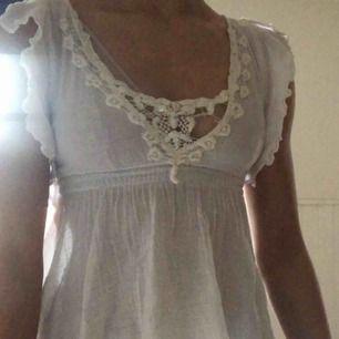 Säljer min super fina tröja från Jane Norman ,då den är alldeles för liten för mig vid bysten