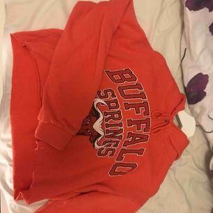 En jättefin cropped hoodie i en rosa/orange färg passar både S och XS kan mötas i stockholm eller fraktas