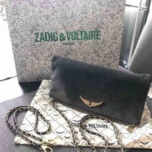 Zadig Voltaire väska i mocka i färgen mörkgrön/grå ! Nypris ca 3000  I mycket bra skick använd ett fåtal gånger, dustbag medföljer!